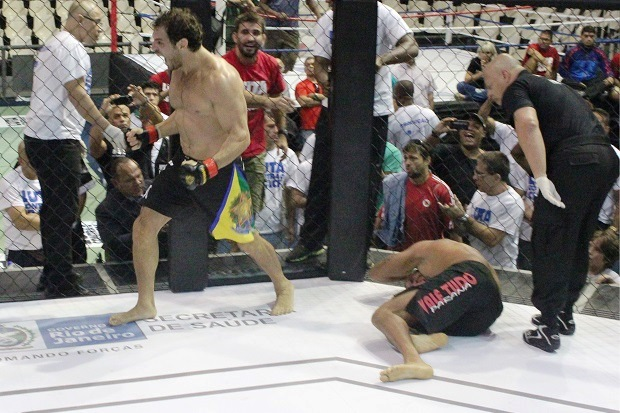 Leo Leite victorious. Foto: Marcelo Barone