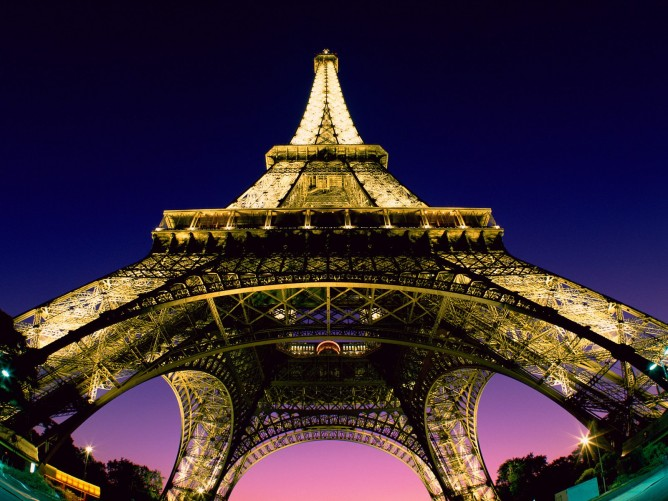 top_10_things_to_do_while_in_paris_eiffel_tower_night3