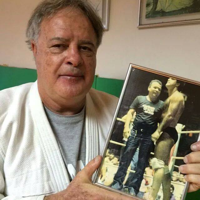 Pinduka holding a picture of him with his master Carlson Gracie during his fight with Marcos Ruas