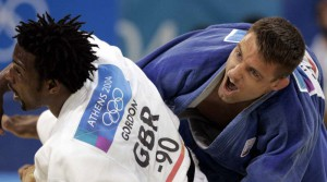 Huizinga of the Netherlands grapples with Britain's Gordon during men's judo middleweight bronze medal match in Athens. Mark Huizinga of the Netherlands (R) grapples with Britain's Winston Gordon during the men's judo middleweight (under 90kg) bronze medal match at the Athens 2004 Olympic Games August 18, 2004. Huizinga defeated Gordon. REUTERS/Ruben Sprich Reuters / Picture supplied by Action Images *** Local Caption *** RBBORH2004081801104.jpg