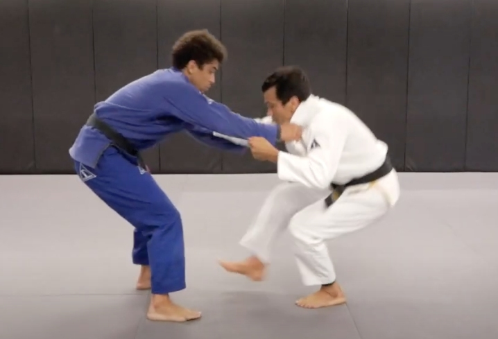 Two ways of Fake Guard Pull To Single Leg by Cobrinha