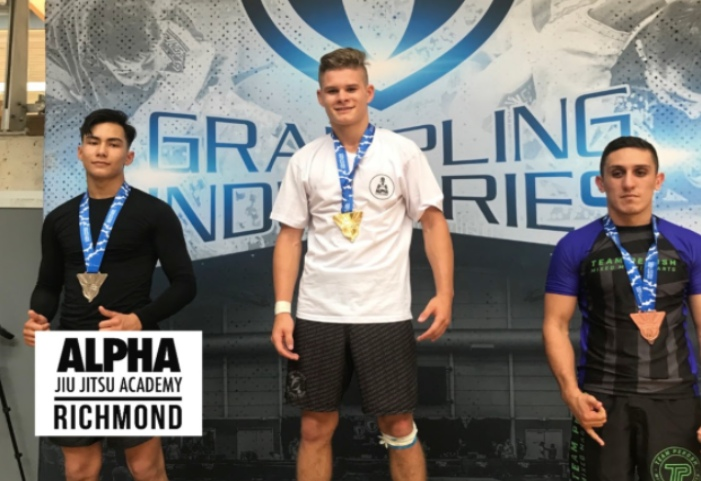 16 yr/o WINS 8 BJJ Matches in ADULTS Division – Flying Arm Bar, Rolling Knee Bar, Reverse Omoplata
